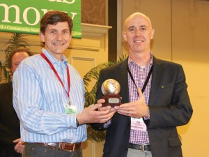 CEO Rob Rankin (r) receives the design award for the Crew 9 21 inch expandable spinner